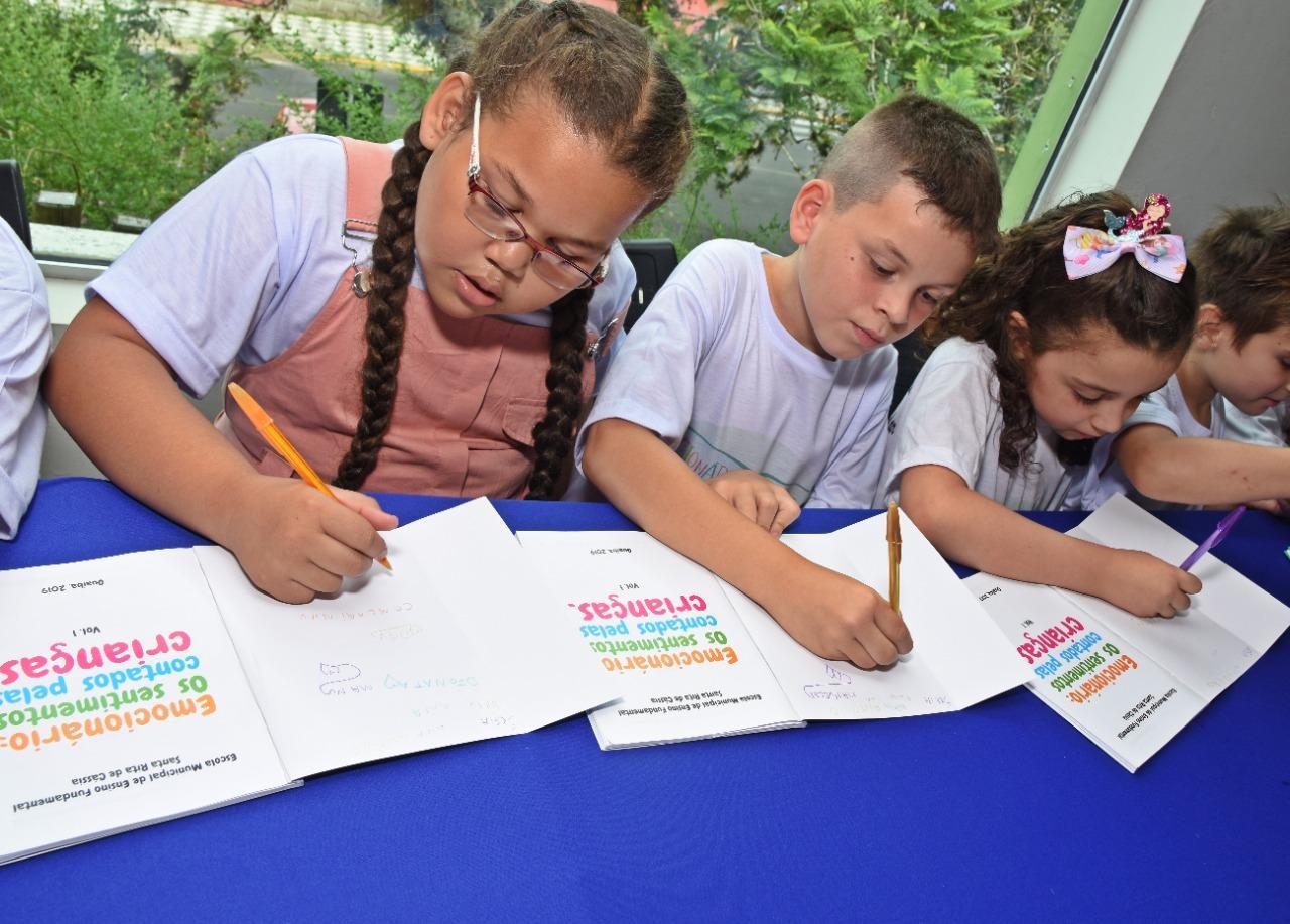 Crianças lançam seu primeiro livro