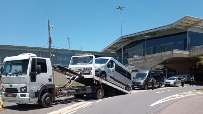Daer fiscaliza transporte clandestino de passageiros no aeroporto Salgado Filho