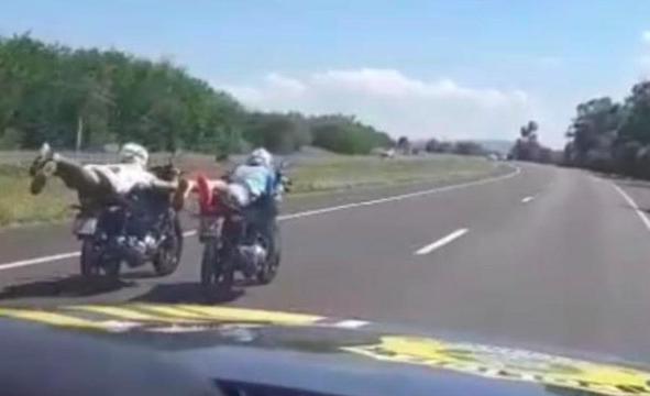 PRF intercepta homens que conduziam suas motos deitados em Guaíba
