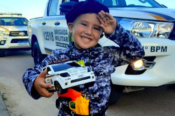 Policiais Militares de Guaíba fazem surpresa para menino que sonha em ser policial