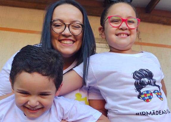 Dia do Autismo: conheça a empreendedora que expressa em camisetas mensagens positivas sobre a causa