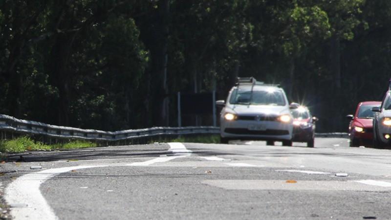 Farol passa a ser exigido durante o dia somente em rodovias de pista simples; veja as regras