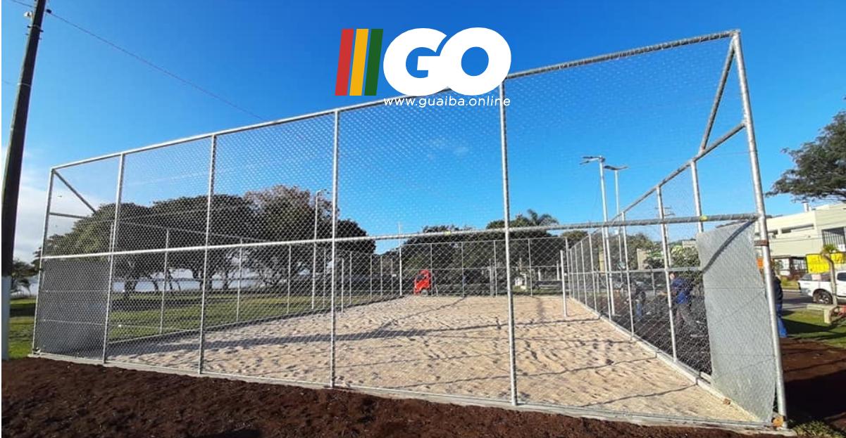 Reforma da quadra de areia no centro de Guaíba é entregue; local leva o nome de Edmar Jardim Leão